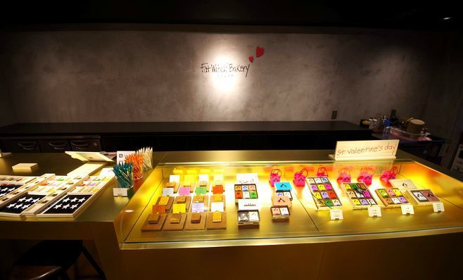 「Fat Witch Bakery 大阪店」の金色のカウンター